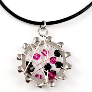 Kettenanhänger Meteoric aus Edelstahl mit Kristallelementen in der Farben: schwarz, pink, transparent an einer Lederkette