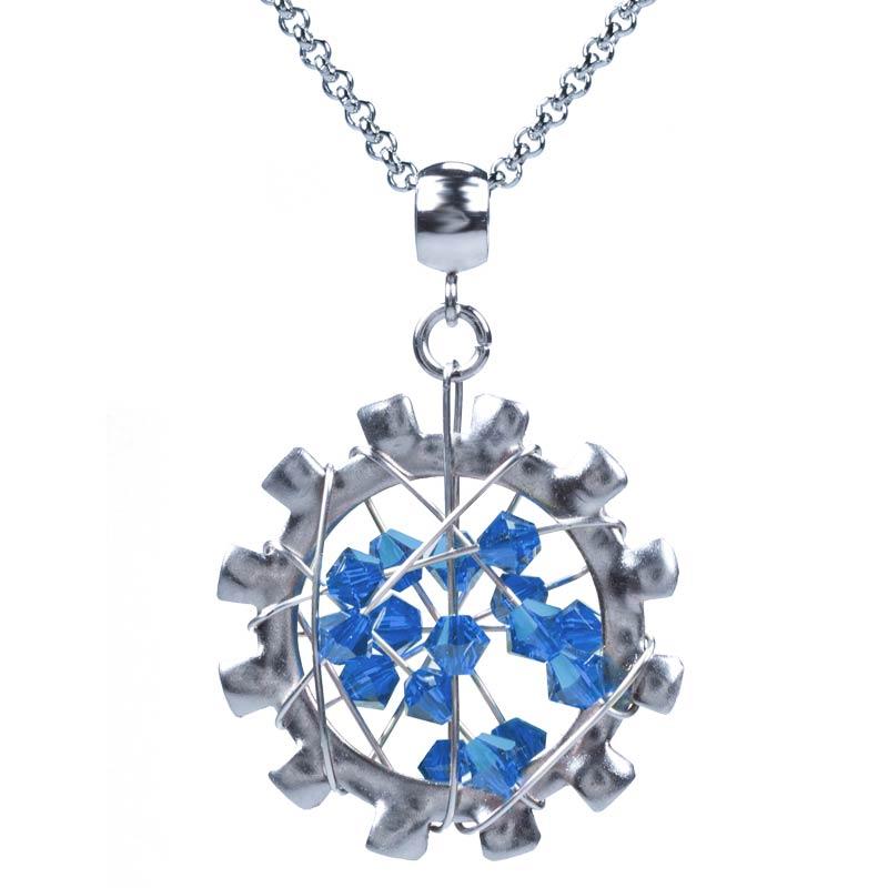 Kettenanhänger Meteoric aus Edelstahl mit capriblauen Kristallelementen an einer Edelstahl Gliederkette