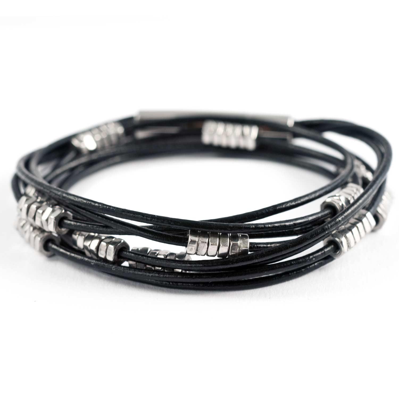 Mehrreihiges Wickelarmband aus Leder mit kleinen Edelstahlmuttern in schwarz