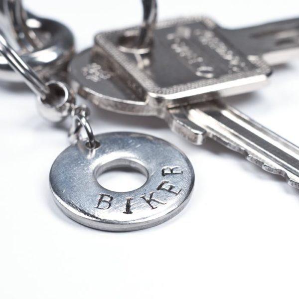 """Schlüsselanhänger mit der Aufschrift """"Biker"""" an einem Schlüsselbund"""