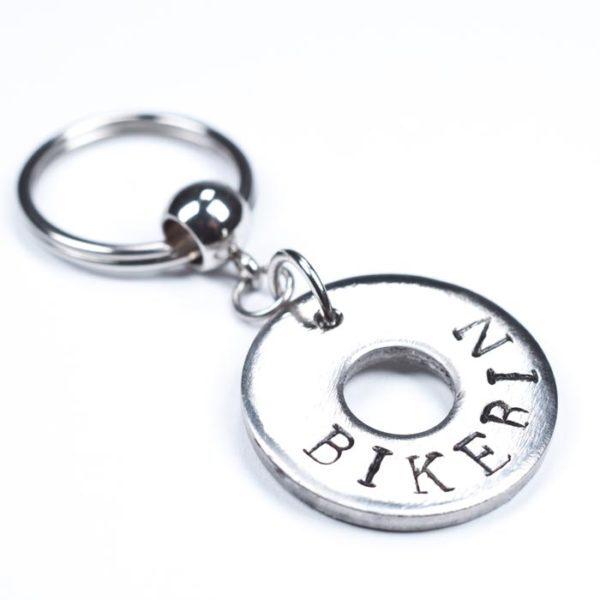 """Schlüsselanhänger aus einer Edelstahlunterlegscheibe mit der Aufschrift """"Bikerin"""""""