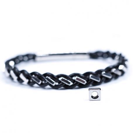 Schwarzes Armband aus Vierkantmuttern mit Vierkantmutter im Vordergrund