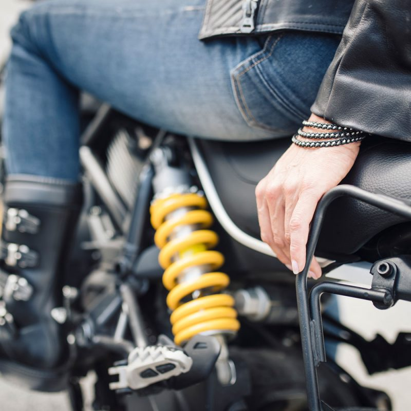 Finja Wickelarmband am Handgelenk einer Bikerin